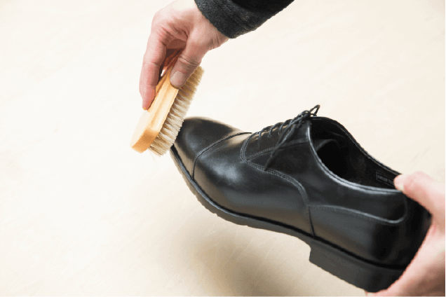靴ブラシで磨き込む